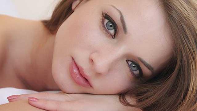 detalle del rostro de una mujer sin arrugas. Tratamientos de belleza no quirúrgicos.