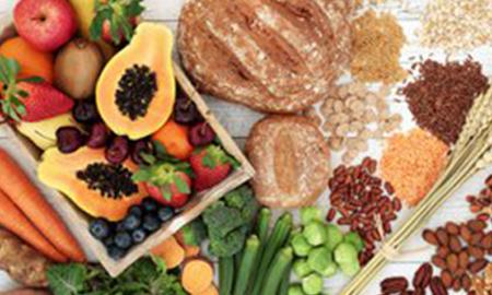 Tomar alimentos ricos en fibra ayuda a mejorar la circulación intestinal y combate el estreñimiento post quirúrgico.